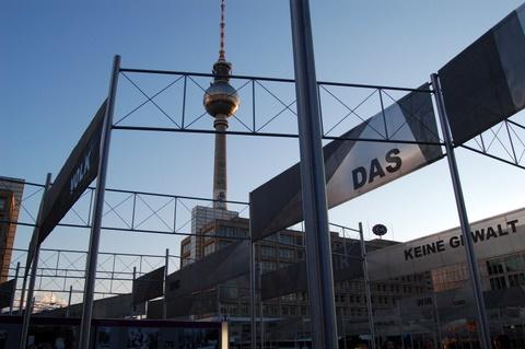 Alexanderplatzfernsehturmtvtoweropenairexhibitfallwallmauerfall