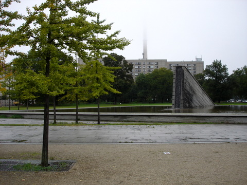 Rainydaymistfountaingreentreesberlinmitte