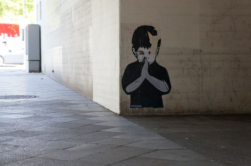 Child-praying-graffiti